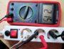 Как измерить напряжение и ток в розетке мультиметром