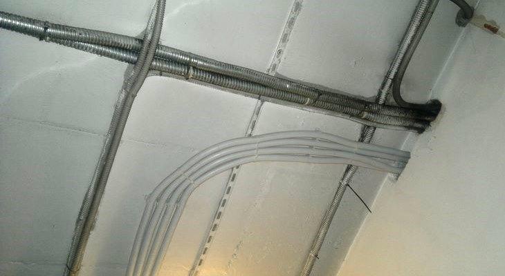 Прокладка кабеля под потолком