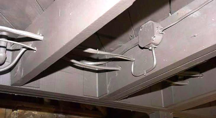 Прокладка кабеля потолку гофре