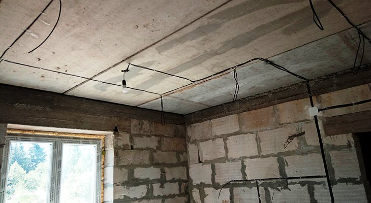 Прокладка кабеля по железобетонному потолку