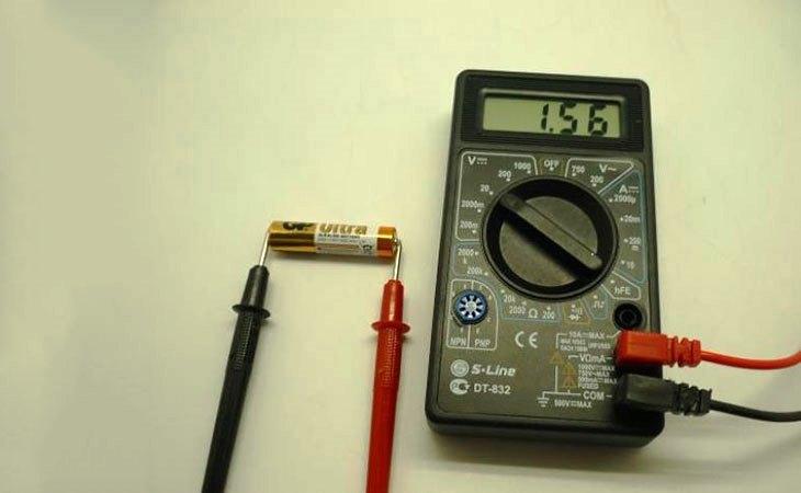 Измерение напряжения батарейки мультиметром
