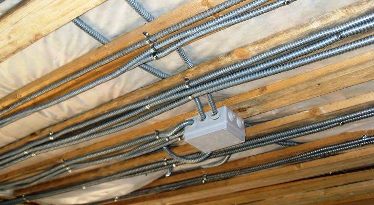 В каркасном доме электропроводка делается в металлическом кожухе